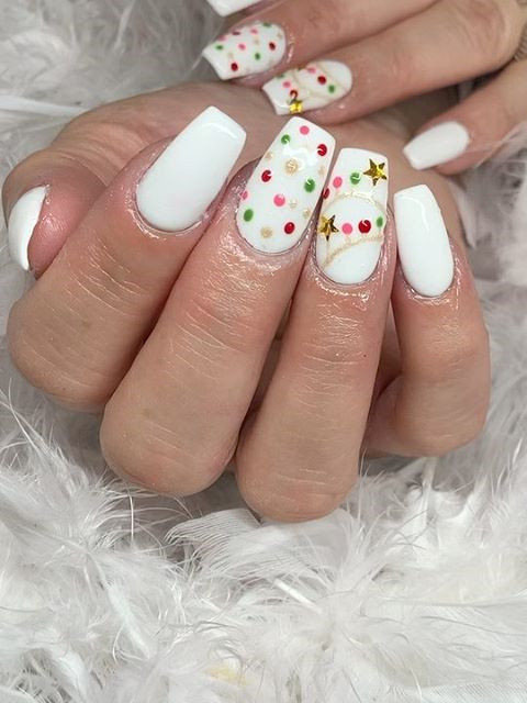 To give you some inspiration, we have found 50 white nail designs ideas. There are glitter white nail designs, coffin white nails, acrylic white nails ideas and more. So, take a look.   Soflyme.com