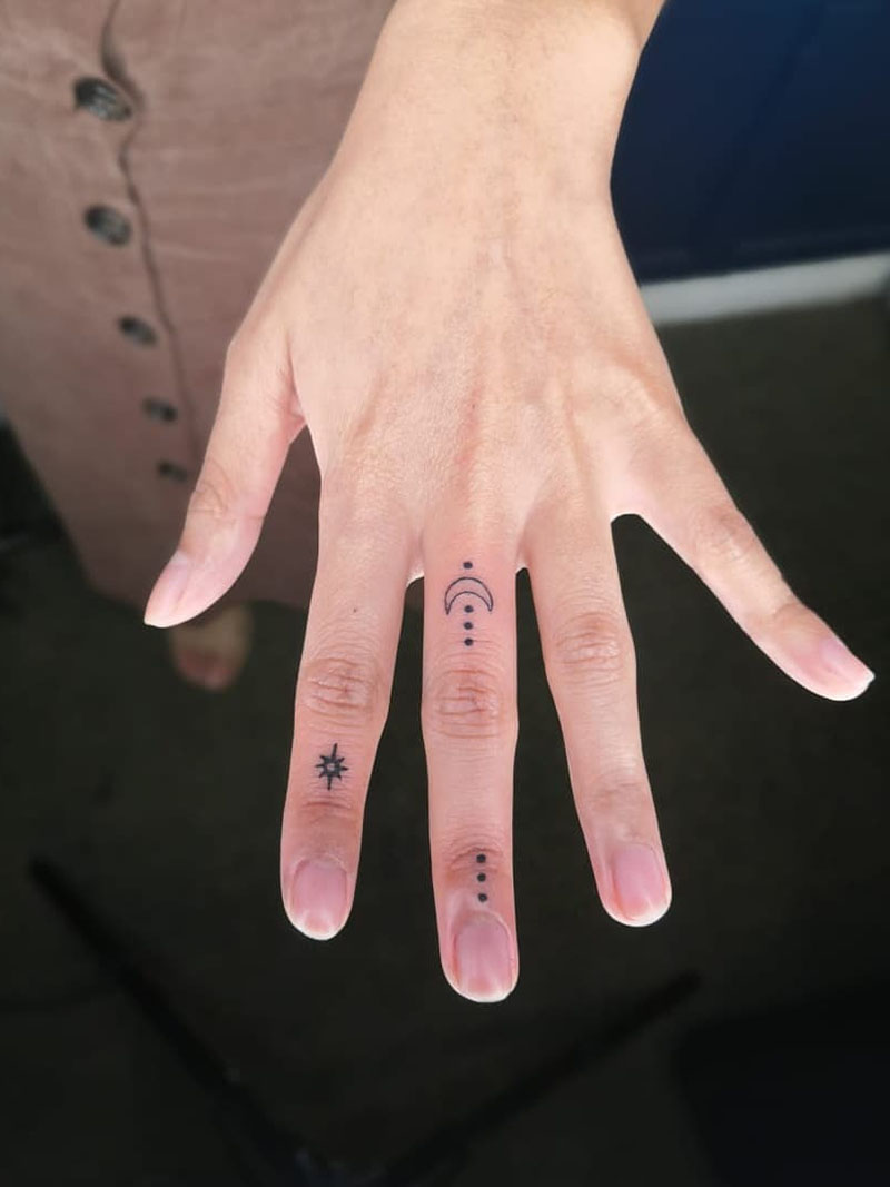 To give you some inspiration, we have found 50 small and cute finger tattoos ideas for women. There are flower tattoos, heart shape tattoos and more. That so cute, take a look and try. | Soflyme.com
