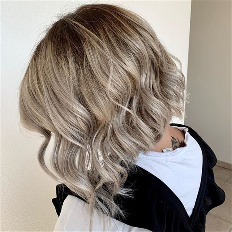 Want to find some cute wavy bob hairstyles? We collected 40+ wavy Bob hairstyles in this article, you can style it as you see fit, creating a variety of fun new looks. #CurlyBob #WavyBob