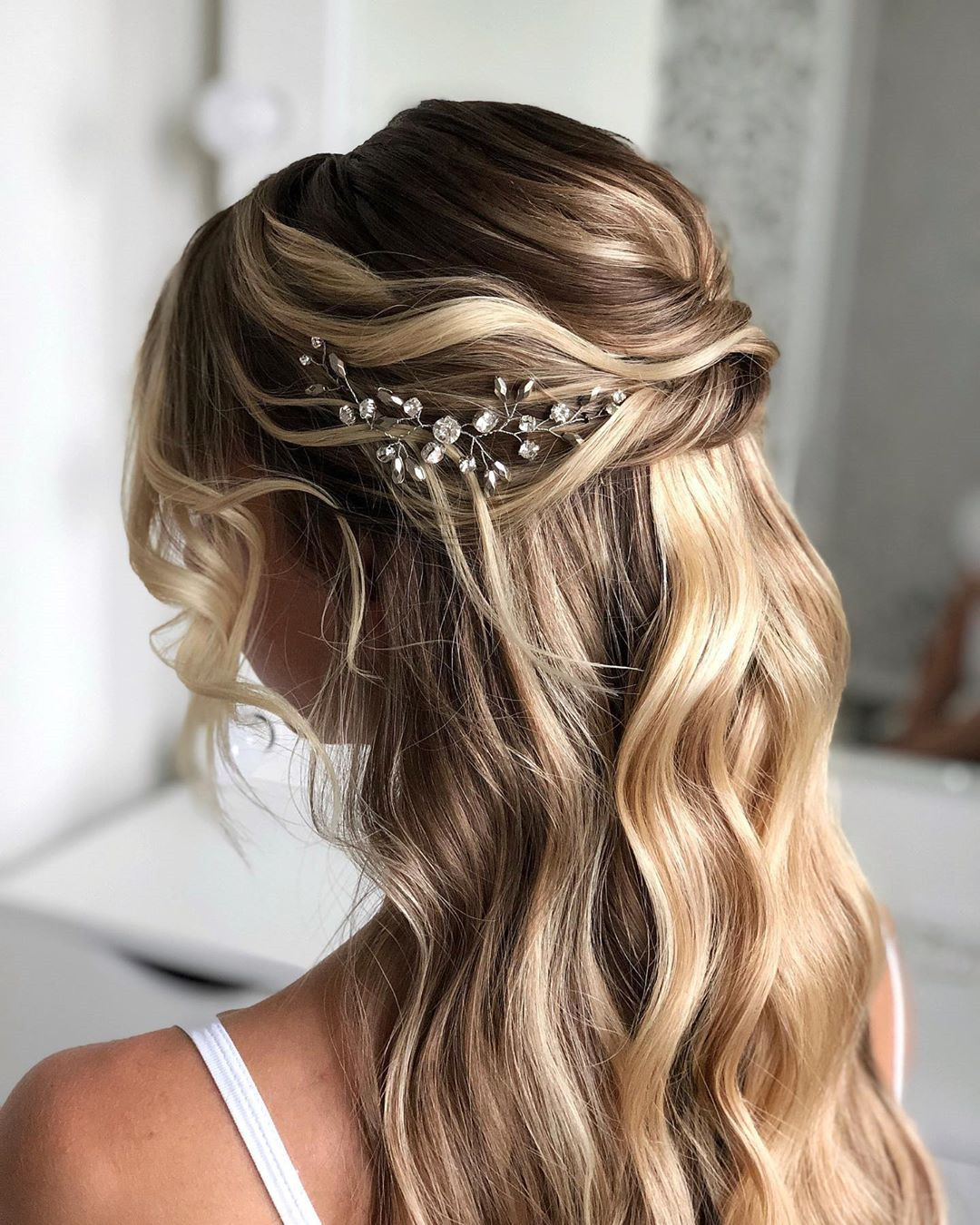 Looking for the prom hairstyle? Curly hair or straight hair? Short hair or long hair? Fashion or romance? We have found 25 stunning prom hairstyles that There is always one for you. #PromHair #PromHairstyle #HairStyles