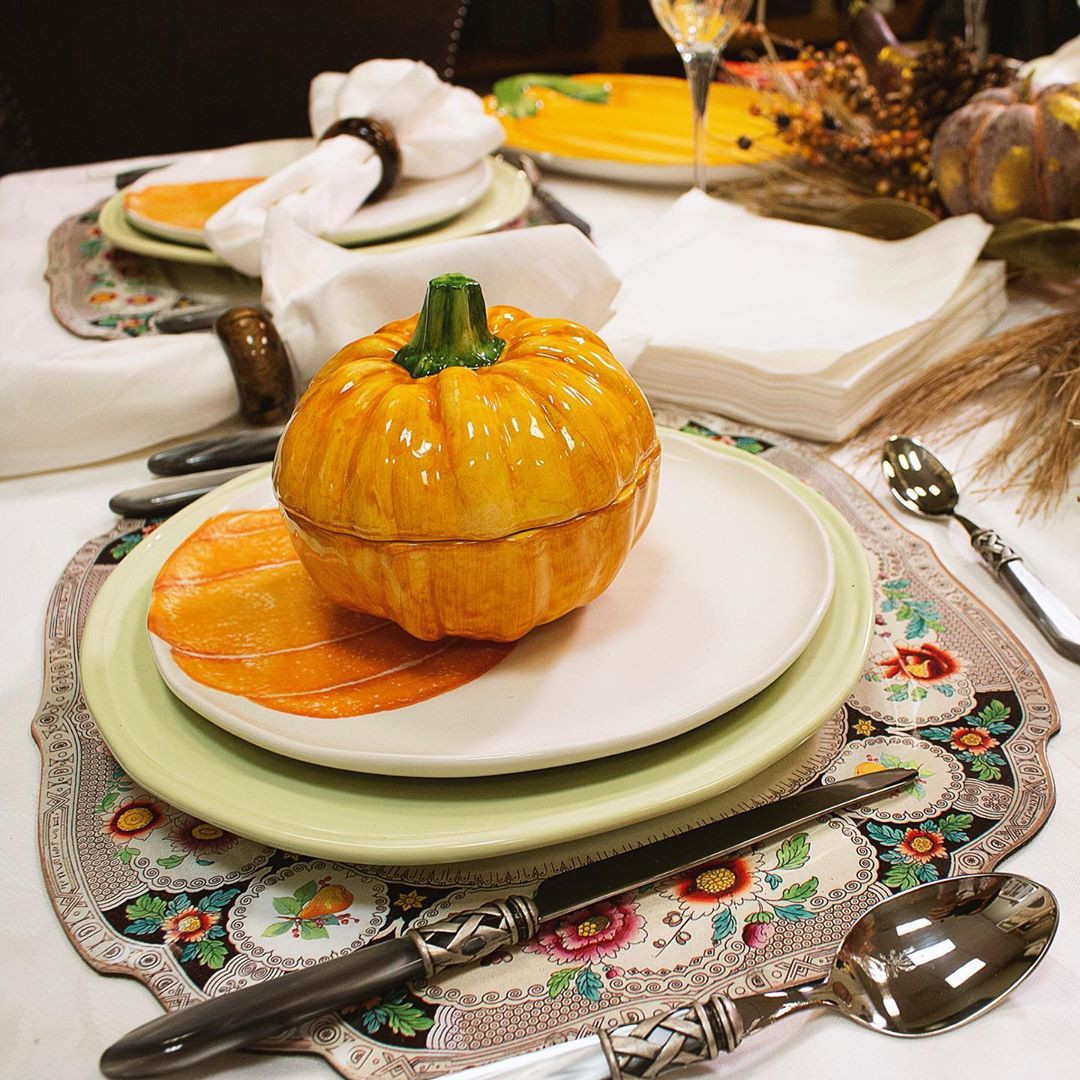 When this Thanksgiving rolls around this year, take a bit of time to decorate your table to reflect the beauty and the spirit of Thanksgiving. Thanksgiving tablescapes, Thanksgiving Table Decorations